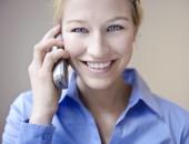blonde frau schaut freundlich und telefoniert