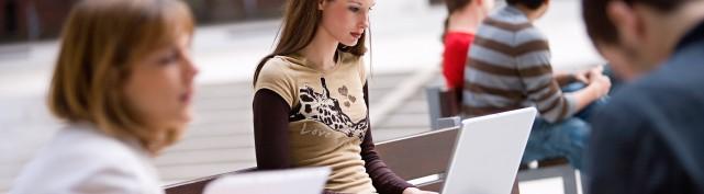 Studentin lernt am Campus